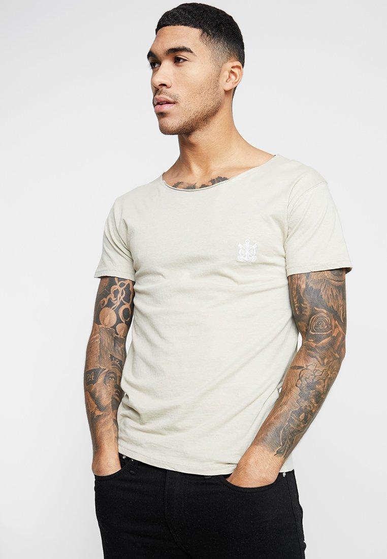 Refuse Resist - TRUTH CUT NECK TEE - Print T-shirt - sand/white