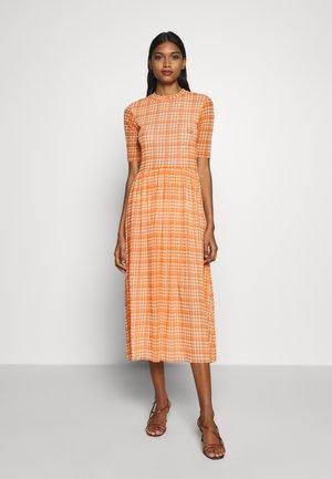 TAIKA DRESS - Vapaa-ajan mekko - neon orange
