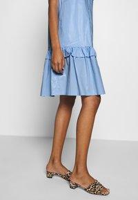 Résumé - TAILOR DRESS - Denní šaty - sky - 3