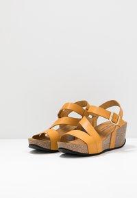 RE:DESIGNED - KATY - Sandály na platformě - dark yellow - 2