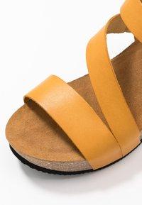 RE:DESIGNED - KATY - Sandály na platformě - dark yellow - 5