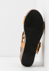 RE:DESIGNED - KATY - Sandály na platformě - dark yellow - 4