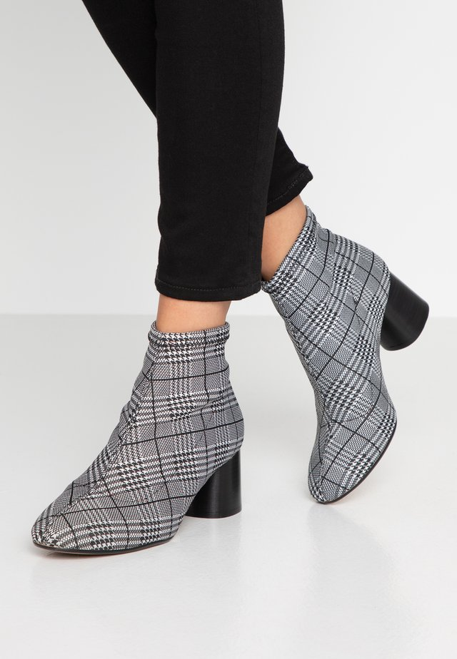 MARYLOU - Ankle Boot - black/white