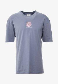 Revival Tee - POSITVE ENGERY - T-Shirt print - blue grey - 3