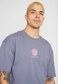 Revival Tee - POSITVE ENGERY - T-Shirt print - blue grey - 4