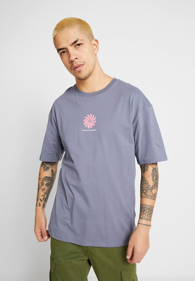 POSITVE ENGERY - T-shirt med print - blue grey