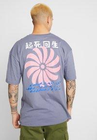 Revival Tee - POSITVE ENGERY - T-Shirt print - blue grey - 2