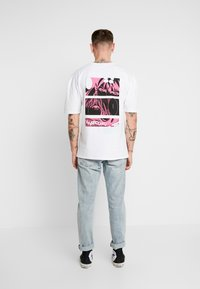 Revival Tee - WATCH YOUR BACK - T-shirts print - white