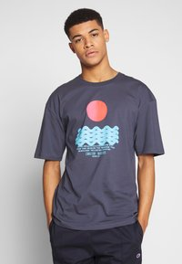 Revival Tee - CALM WATERS - T-shirts print - grey - 0
