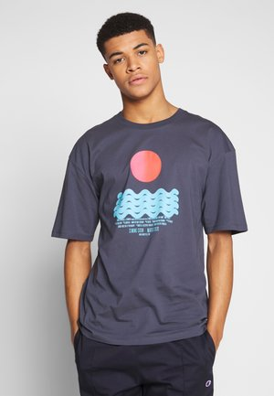 CALM WATERS - Print T-shirt - grey