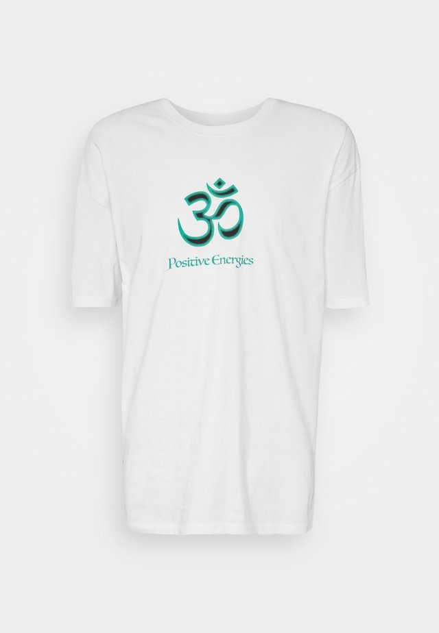 POSITIVE ENERGIES - T-shirts med print - white