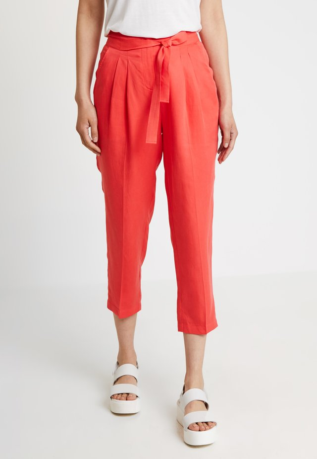 CROPPED PANTS - Stoffhose - flame
