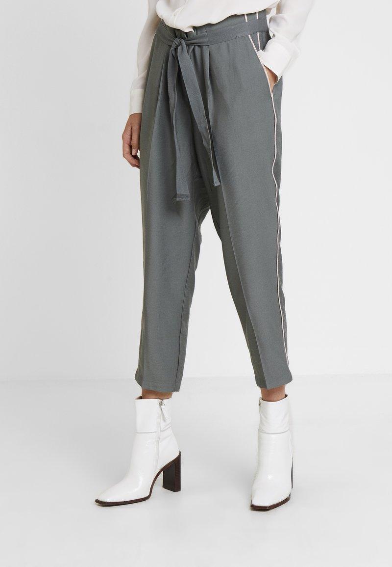 Re.draft - CROPPED PANTS - Pantalones - olive/khaki