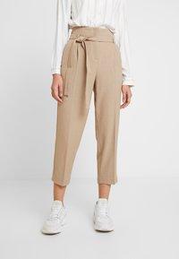 Re.draft - CITY PANTS WITH BELT - Trousers - latte macchiato - 0