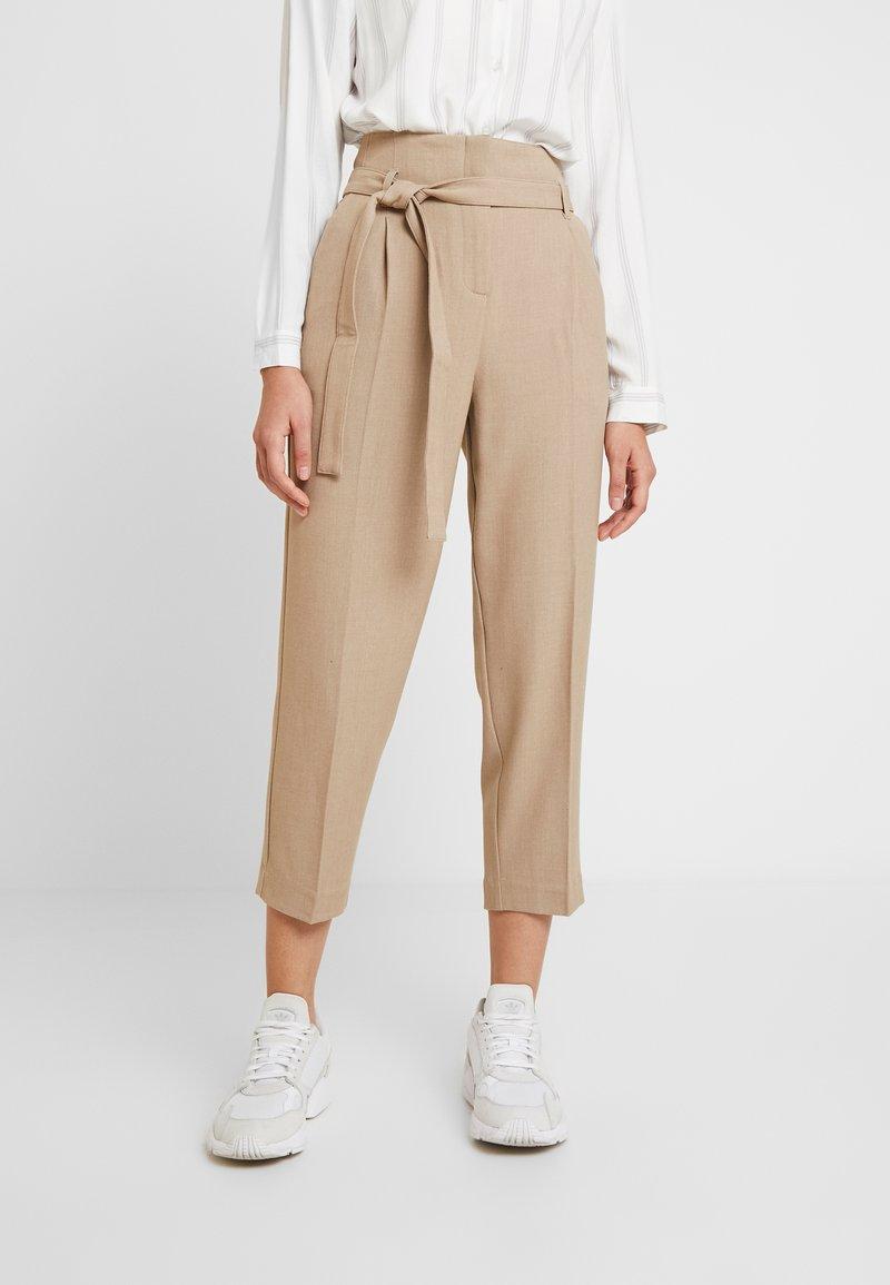 Re.draft - CITY PANTS WITH BELT - Trousers - latte macchiato