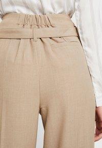 Re.draft - CITY PANTS WITH BELT - Trousers - latte macchiato - 4