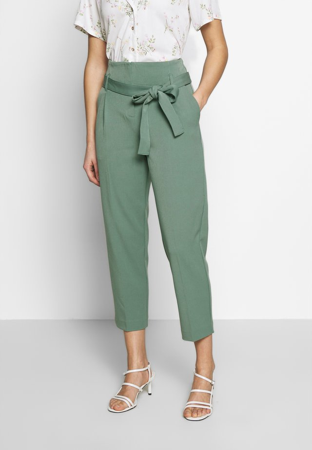 CITY PANTS WITH BELT - Tygbyxor - pine