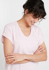 Re.draft - LOOSE STRIPE - T-shirts med print - pink sky - 4