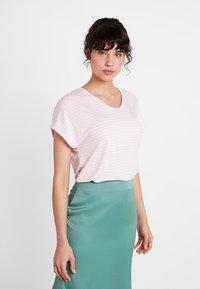Re.draft - LOOSE STRIPE - T-shirts med print - pink sky - 0