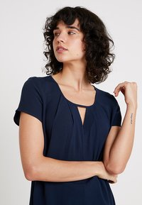 Re.draft - BLOUSE WITH PLEAT DETAIL - Blouse - navy - 4