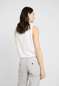Re.draft - KNOTTED BLOUSE SLEEVELESS - Bluser - white - 2