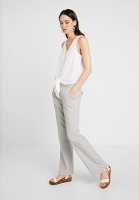 Re.draft - KNOTTED BLOUSE SLEEVELESS - Bluser - white - 1