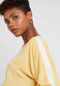 Re.draft - EASY REGLAN BLOUSE - Blouse - washed yellow - 4