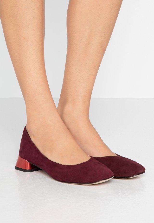 MARLON - Classic heels - carmen/flamme