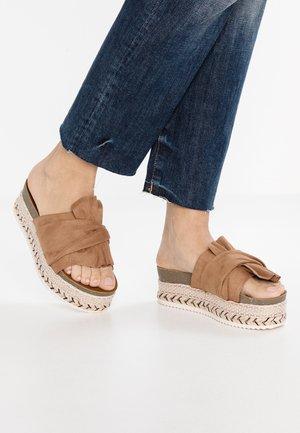 Pantofle na podpatku - camel