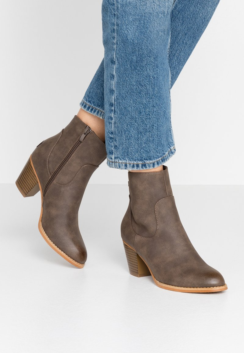 Refresh - Classic ankle boots - brown