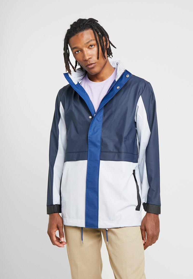 Rains - LIMITED EDITION COLOR BLOCK JACKET - Waterproof jacket - ice grey/blue