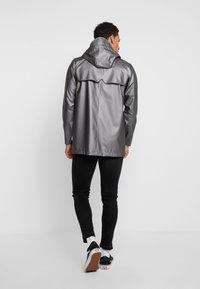 Rains - SHORT COAT - Regenjas - metallic charcoal - 2