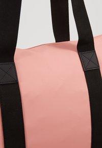 Rains - TOTE BAG RUSH - Shopping Bag - coral - 6