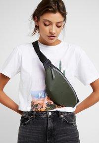 Rains - COLOR BLOCK BUM BAG MINI - Bum bag - green/black - 5