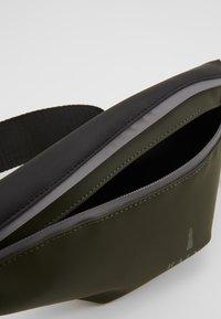 Rains - COLOR BLOCK BUM BAG MINI - Bum bag - green/black - 4