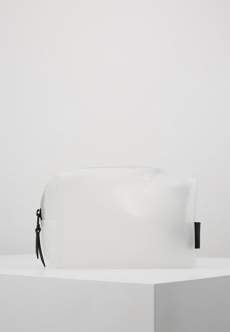 Rains - WASH BAG SMALL - Toiletti-/meikkilaukku - foggy white