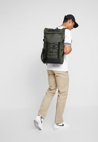 Rains - MOUNTAINEER BAG - Rugzak - green - 1