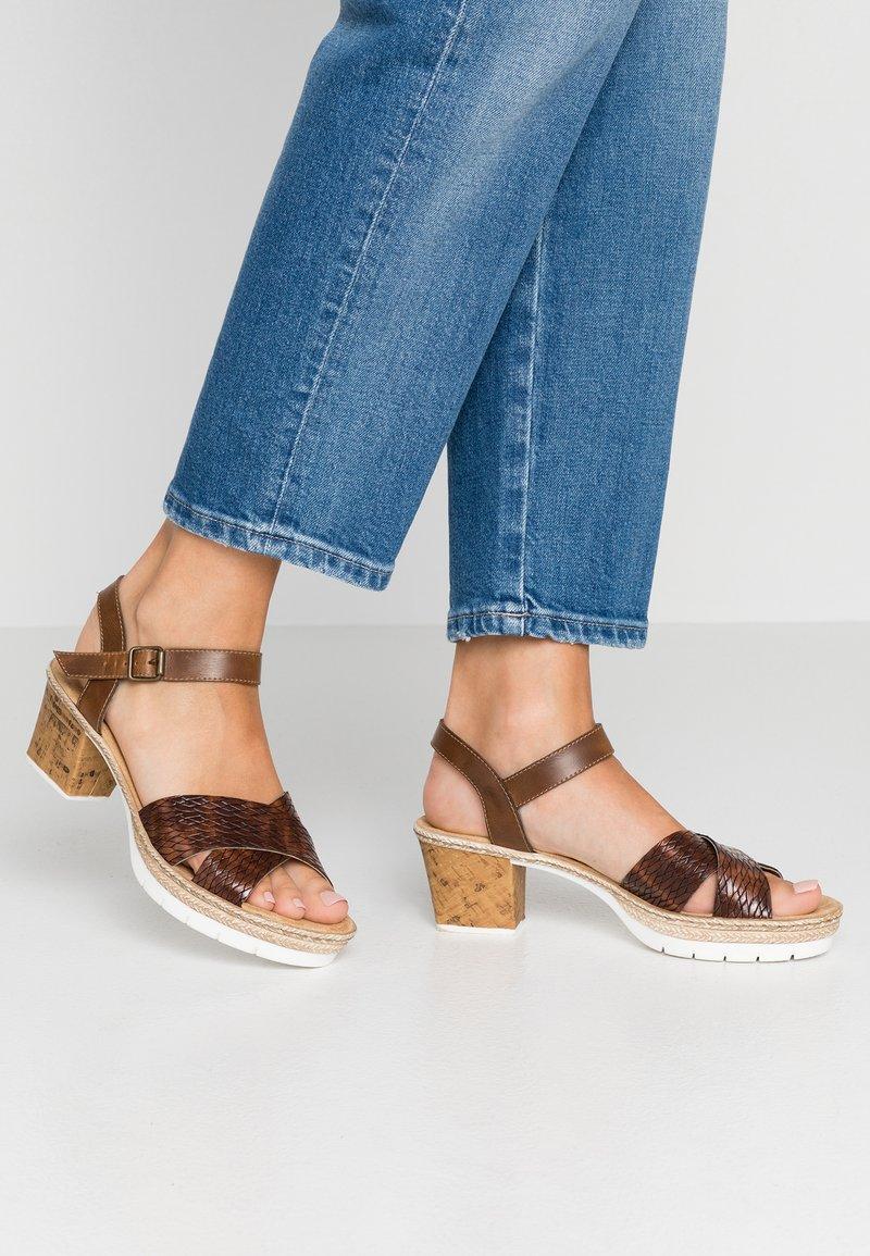 Rieker - Sandály na platformě - mogano