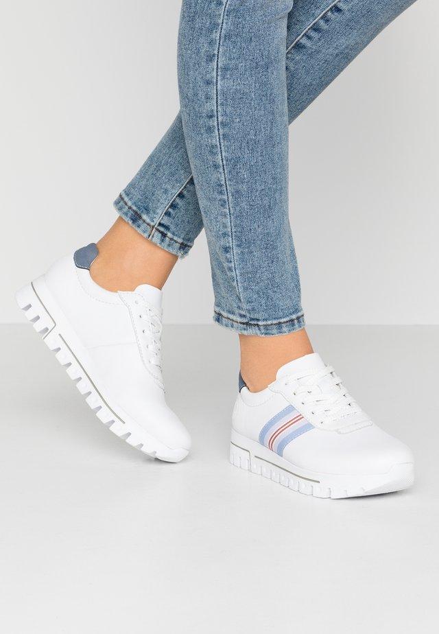 Sneaker low - weiß/jeans