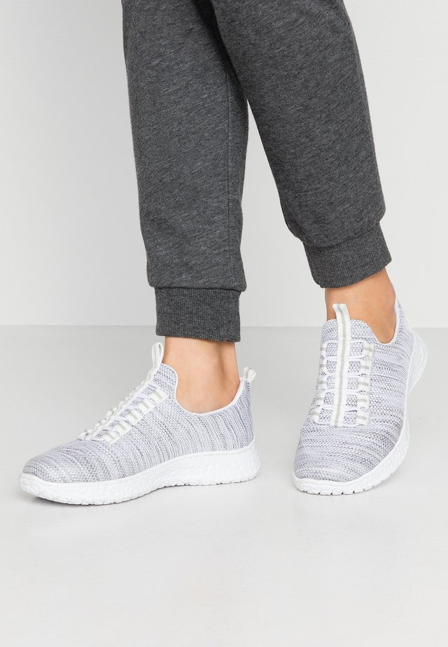 Sneakers - clear/weiß/rauch