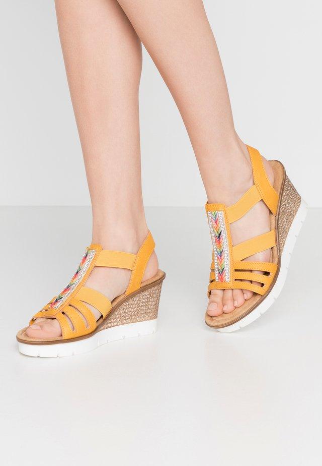 Sandały na platformie - mais