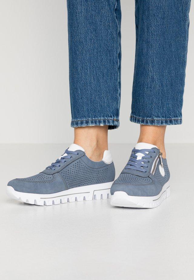 Sneakers - jeans/weiß