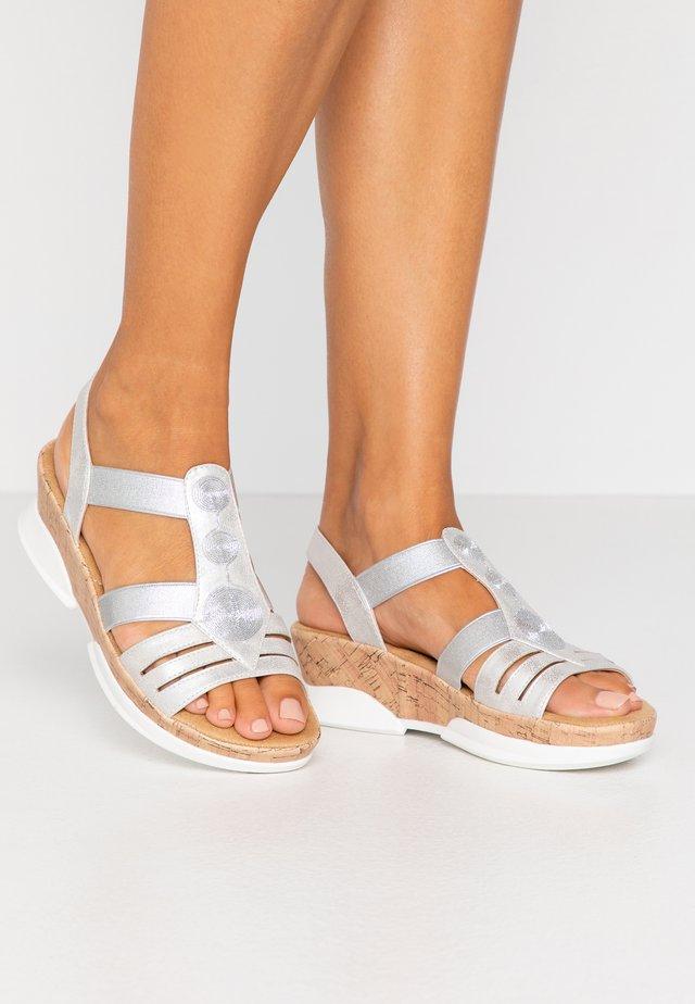 Korkeakorkoiset sandaalit - silber