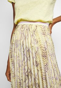 Rich & Royal - PLISSEE SKIRT WITH SNAKE PRINT - Maxiskjørt - light lemon