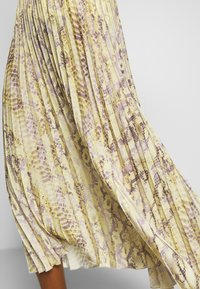 Rich & Royal - PLISSEE SKIRT WITH SNAKE PRINT - Maxiskjørt - light lemon - 5