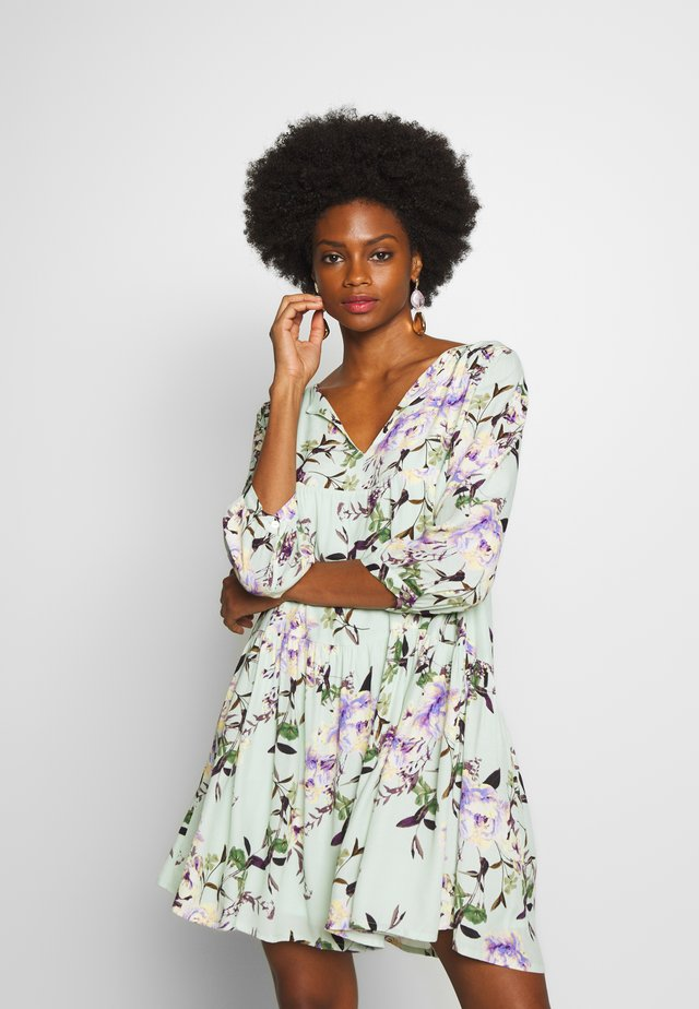 DRESS WITH FLOWER PRINT - Korte jurk - jade mint