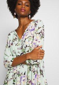 Rich & Royal - DRESS WITH FLOWER PRINT - Kjole - jade mint - 5