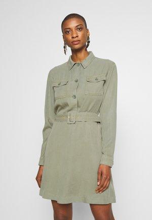 DRESS WITH BELT - Skjortekjole - safari green