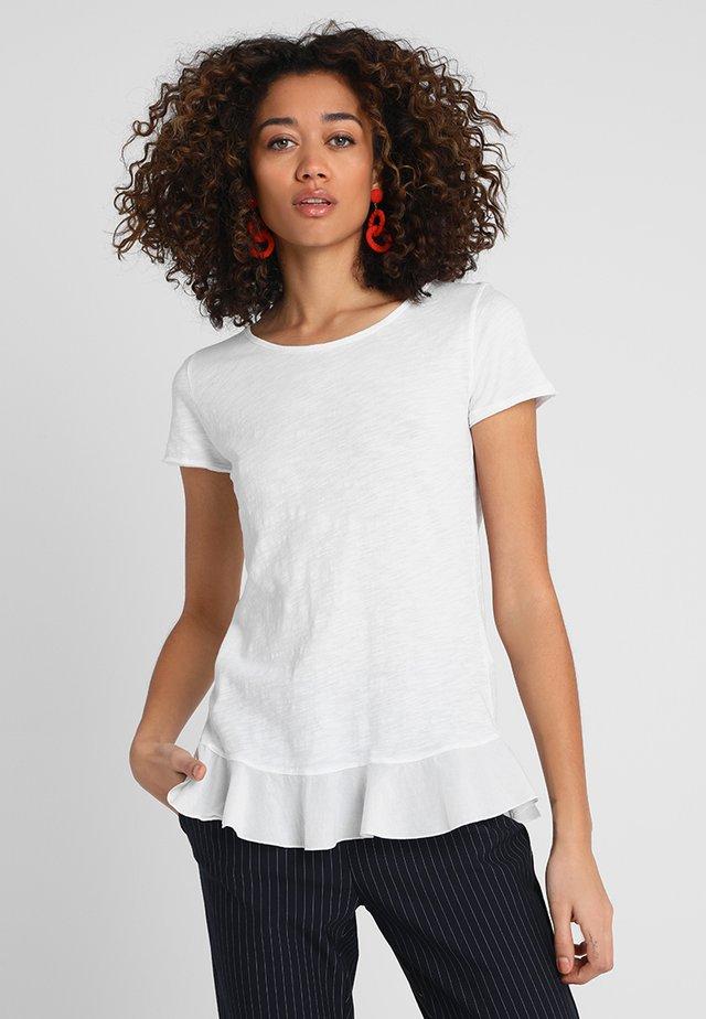 SLUB PEPLUM - T-shirt z nadrukiem - white