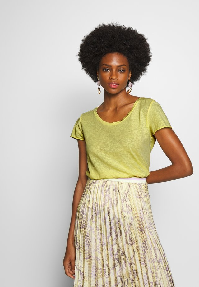 T-shirts basic - light lemon